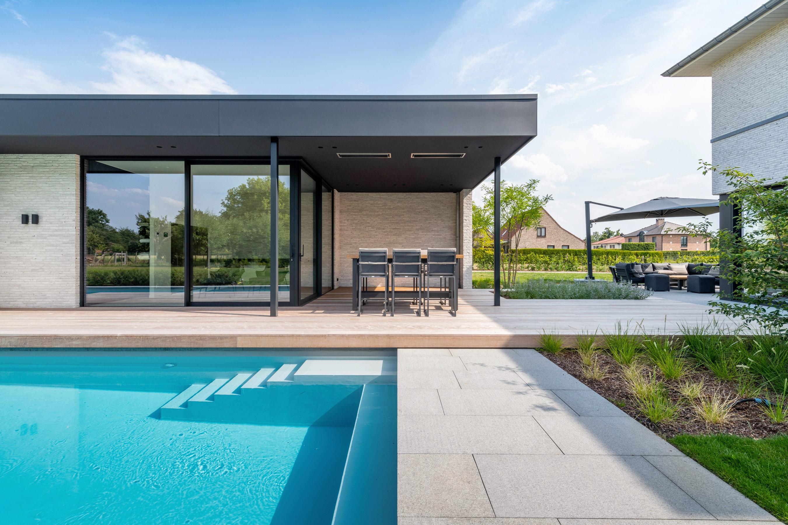 Modern buitenzwembad met sauna